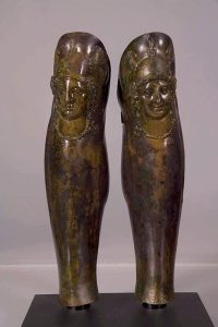 Grebas de bronce de un hoplita